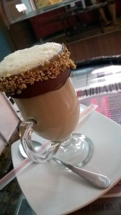 Bonequinha de Luxo (R$ 12): cappuccino, raspas de chocolate meio amargo, sorvete de creme e um leve toque de castanhas com creme de avelã
