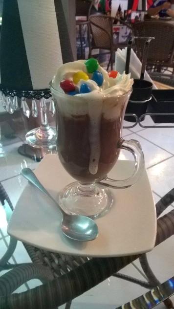 Oompa Loompa (R$ 10): chocolate quente tradicional com chantilly e M&M's
