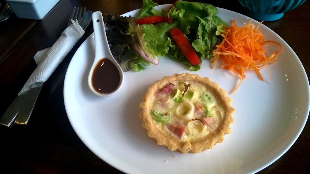 Quiche de alho-poró com bacon, acompanhada de salada (R$ 10)