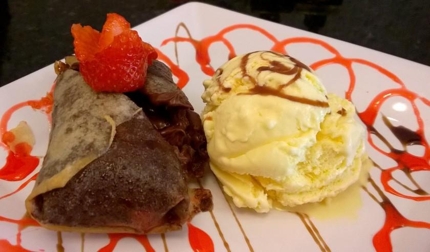 Harumaki (rolinho primavera) de nutella com morango e sorvete de creme (R$15)