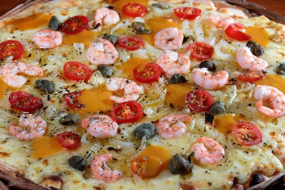 Pizza Festa do Camarão 2015: Pizza produzida com massa artesanal, assada em forno a lenha, coberta com molho de tomate, mussarela, camarões, alho poró refogado em azeite extra virgem, alcaparras e redução de Cajá.
