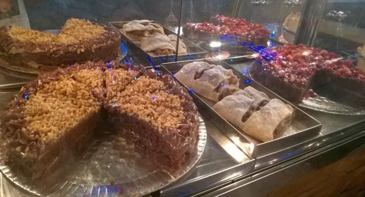 Torta de chocolate com castanha (R$10), strudel de maçã (R$12) e torta de chocolate com morango