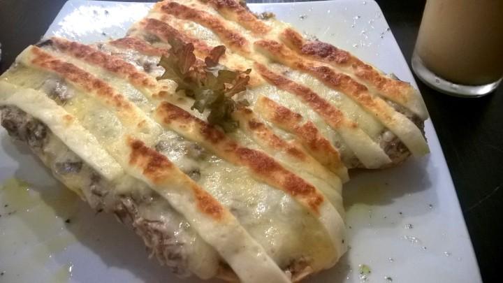 Pão francês com carne de sol na nata e queijo coalho gratinado