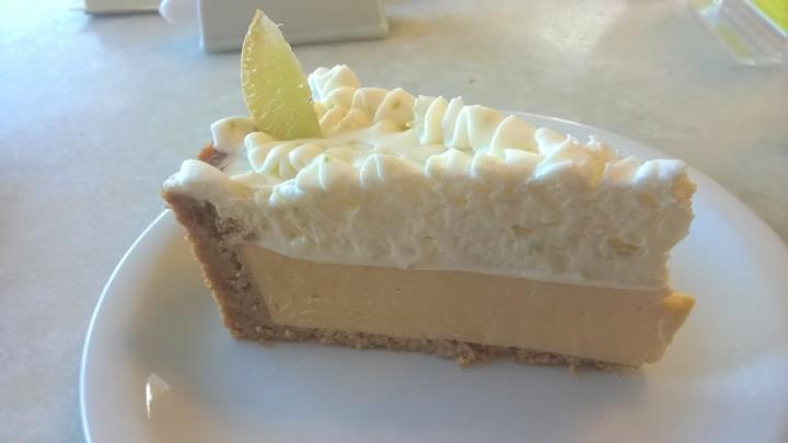 Torta de limão de Daguia: leva canela na massa e no lugar do merengue, chantilly.