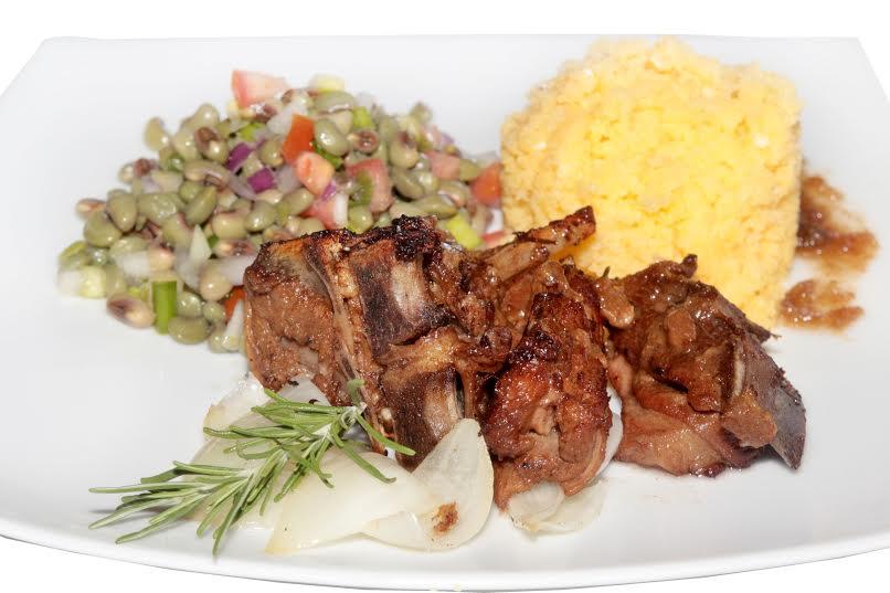 Carré de Carneiro na Panela, do Paçoca de Pilão: carré de carneiro cozido com molho de redução de tamarindo e mel de rapadura, cuscuz e salada de feijão verde