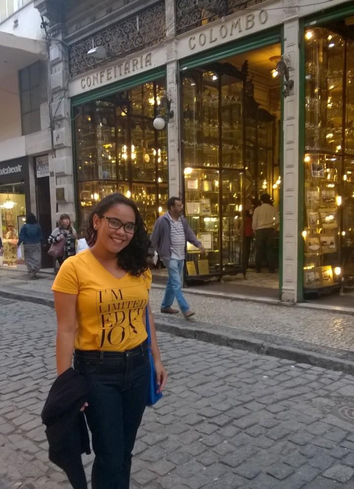 Foto de turista na fachada da Confeitaria Colombo porque a felicidade foi grande demais