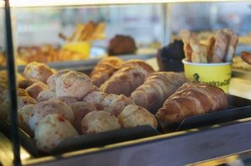 Cardápio tem como base pães e doces para acompanhar cafés especiais. (Foto: Isabel Jales/Flambado na Cachaça)