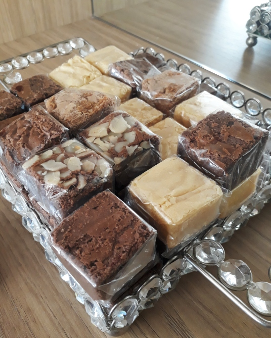 Mini brownies e blondies para viagem.