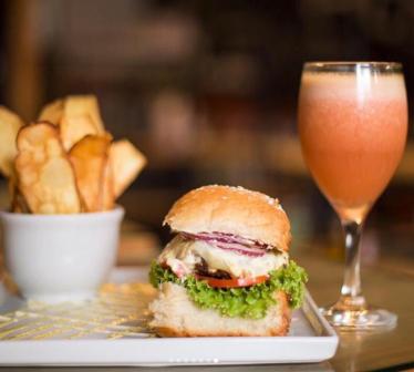 Combo Chef Fits: Burger Chef Fits Clássico (burger bovino 160g, mussarela light, creme de ricota, alface, tomate, cebola roxa, maionese light no pão integral com aveia) + chips de batata doce + suco ou refrigerante lata.