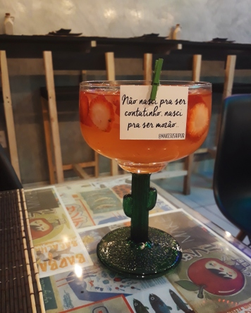 Saquerinha: sakê, morangos e suco de limão siciliano