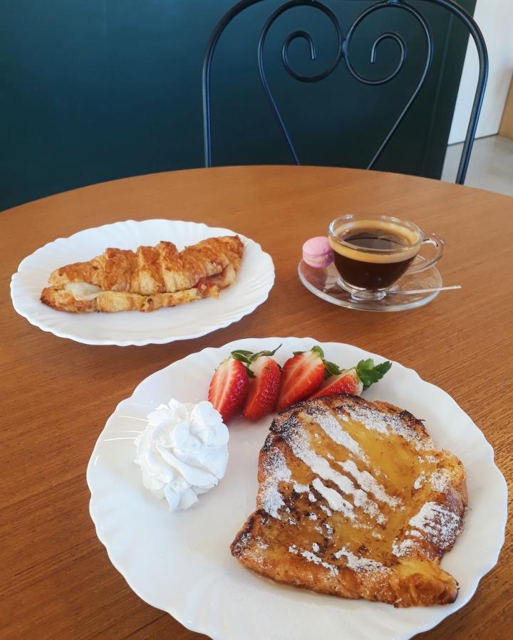 Croissant e french toast da Jolie Café e Patisserie.jpg